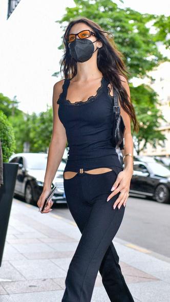 Фото №2 - Брюки с низкой талией снова в моде. Белла Хадид показывает компромисс для тех, кто не в восторге от этого тренда