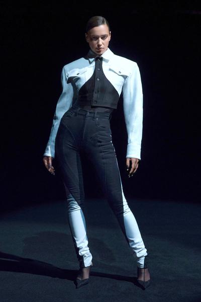 Фото №1 - Как выглядят джинсовые стринги, которые уже выгуляли Ирина Шейк и Белла Хадид