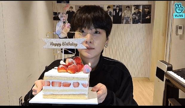 Фото №1 - Чонгук из BTS заглянул на лайвстрим Шуги в честь дня рождения