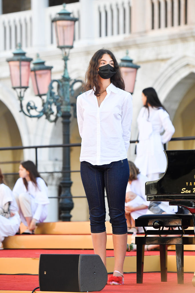 Фото №3 - Пока подружки носят кроп-топы, она выбирает белоснежную рубашку: Дева Кассель— умница-дочка Венсана Касселя и Моники Беллуччи в Венеции