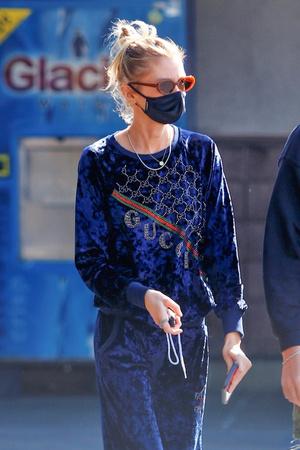 Фото №2 - Если носить вещи со стразами, то только как модель Стелла Максвелл