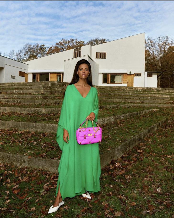 Фото №1 - Невероятно красивая Тина Кунаки в изумрудном платье Valentino разобьёт ваше сердце