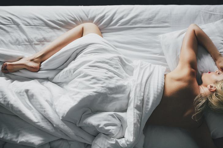 Фото №1 - Наденьте это немедленно! Врачи объяснили, почему нельзя спать голышом