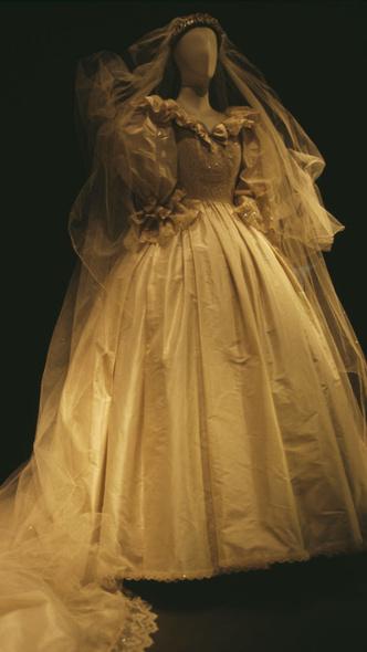 Фото №3 - Почему дизайнер свадебного платья Дианы была в ужасе от своего творения