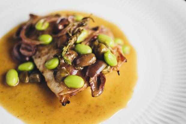 Фото №1 - Кухня ELLE DECORATION: индейка с оливками, каперсами и белым вином