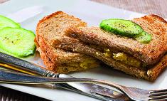 Горячий сэндвич с сыром и яйцом