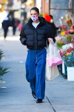 Фото №1 - Короткий пуховик + широкие джинсы: очень стильный образ Кэти Холмс