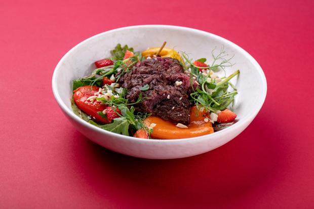 Фото №1 - Рецепт дня: летний стейк-салат с печеным перцем