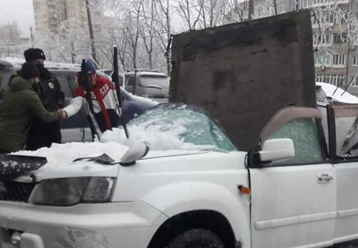 Фото №1 - Во Владивостоке на машину упала бетонная плита, и эпичность этого видео может затмить только хладнокровие водителя