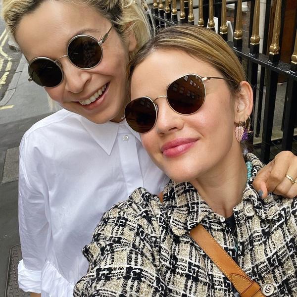 Фото №1 - Что купить: модные солнцезащитные очки как у Люси Хейл