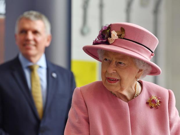 Фото №2 - Стильный наряд и любимый внук рядом: как прошел первый выход Королевы после карантина