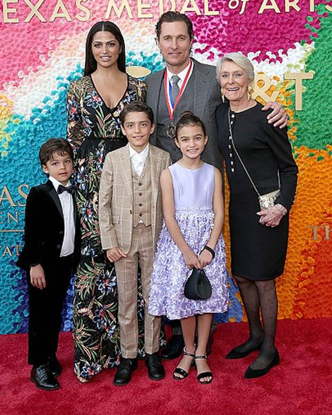 Мэтью Маккноннахи с женой и детьми фото