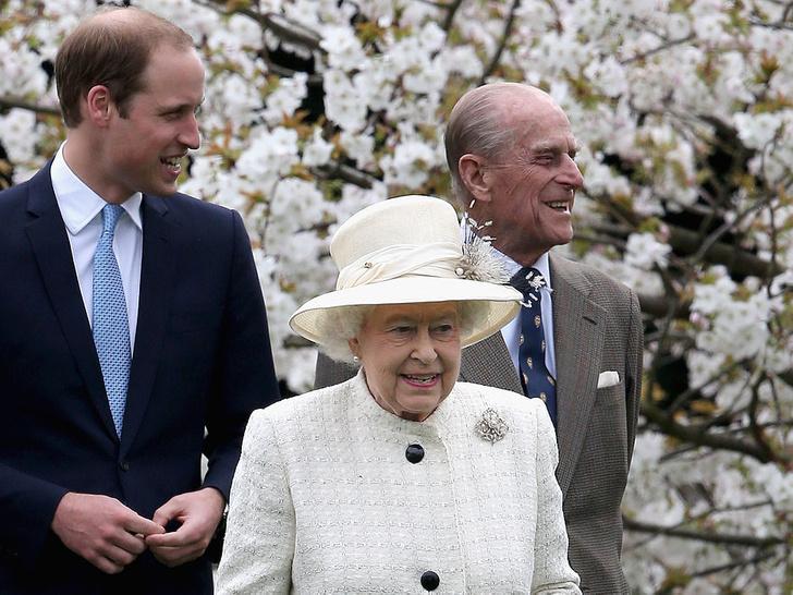 Фото №2 - История одного фото: как Королева и принц Филипп отмечали 10-ю годовщину свадьбы