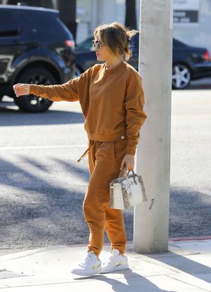 Фото №1 - В карамельном костюме и очках Max Mara: Джей Ло на шопинге с дочерью Эммой