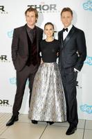 Том Хиддлстон на премьере фильма «Тор: царство тьмы» с Крисом Хемсвортом и Натали Портман