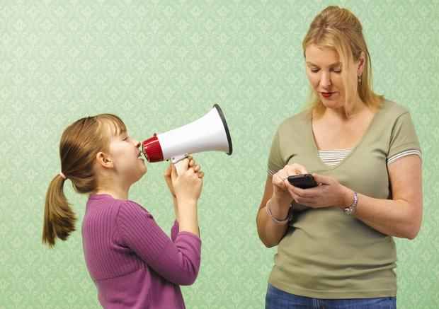 Фото №1 - «Ребенок не дает говорить по телефону— как отучить?»