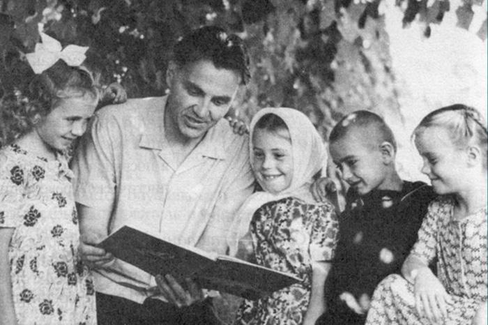 Фото №1 - В.А. Сухомлинский: самые главные мысли о детях, семье и школе