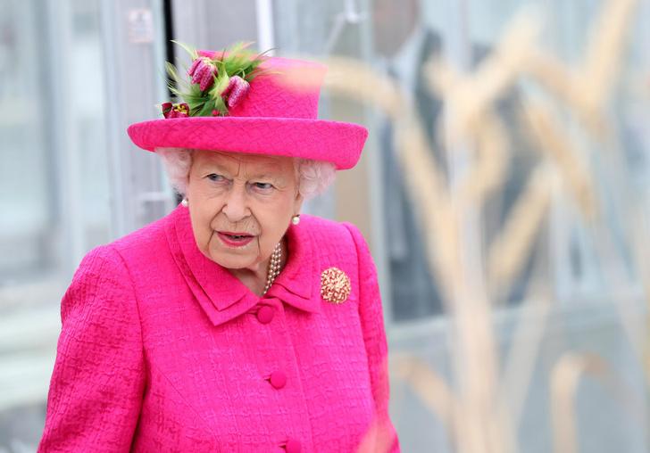 Фото №1 - Почему горничным Елизаветы II запрещено пользоваться пылесосом
