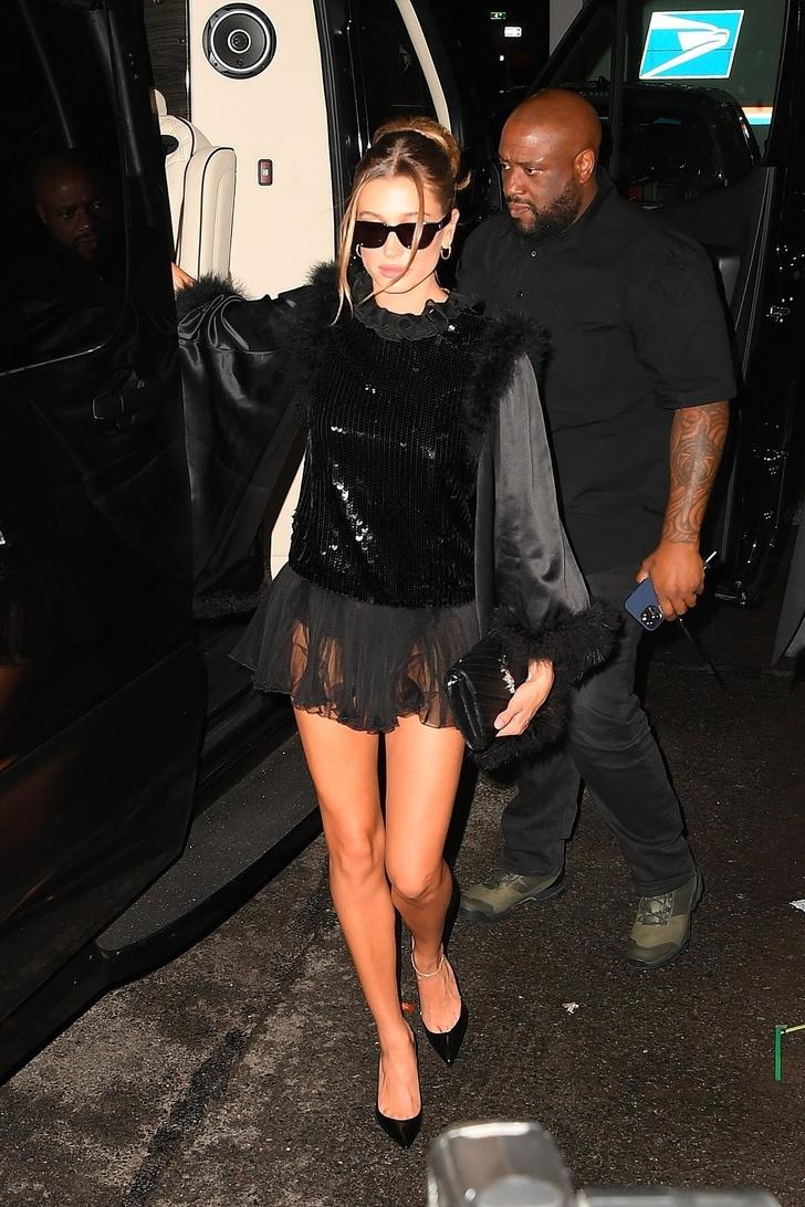 Фото №2 - Вечеринка удалась: Хейли Бибер в очень коротком платье, которое больше напоминает топ