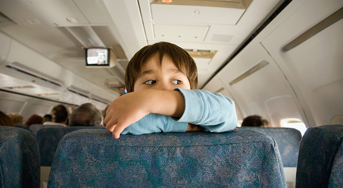 8 способов успокоить ребенка в самолете