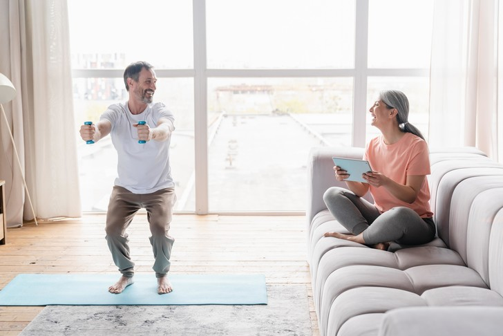 Фото №2 - Тренажерный зал— не для нас: как похудеть, не вставая с дивана