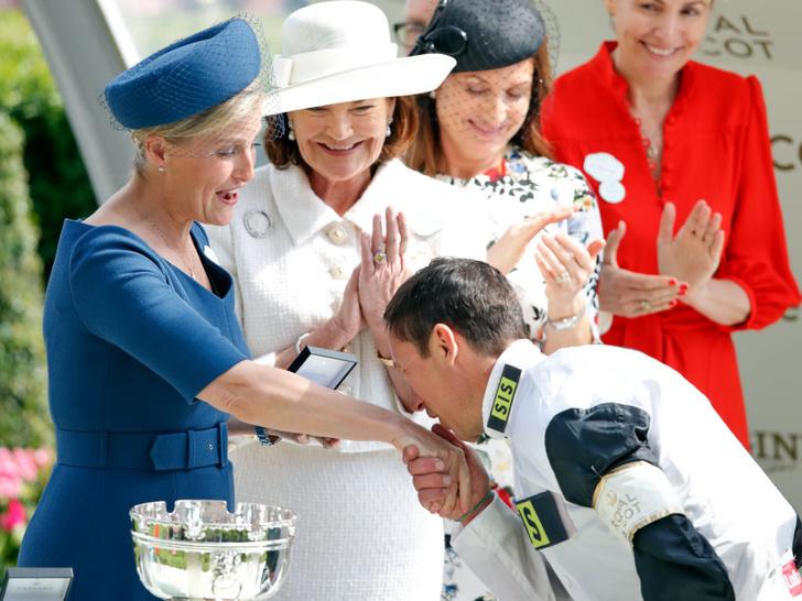 Фото №8 - Звезда Аскота: новые образы графини Софи, которыми точно гордится Королева