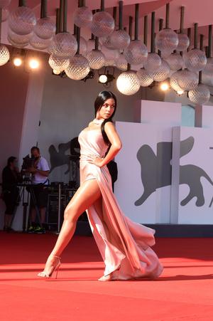 Фото №2 - Невеста Криштиану Роналду сразила всех своим декольте на Венецианском кинофестивале