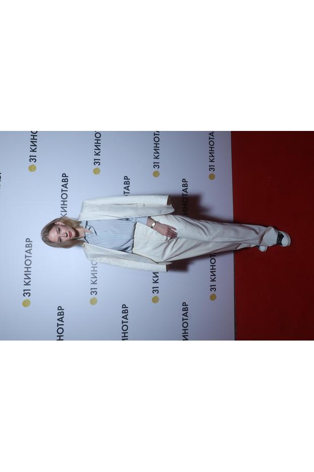 Фото №2 - Белый костюм + голубая рубашка: Светлана Ходченкова на фестивале «Кинотавр»