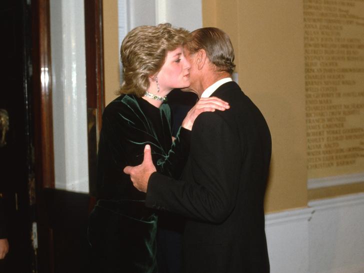 Фото №2 - От Дианы до Меган: как принц Филипп встречал новых членов королевской семьи