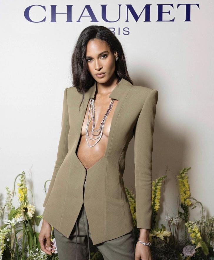 Фото №1 - Это провокация: Синди Бруна в оливковом пиджаке, который полностью открывает грудь