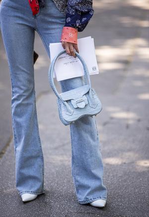 Фото №6 - От бедра: как выбрать правильные джинсы-клеш