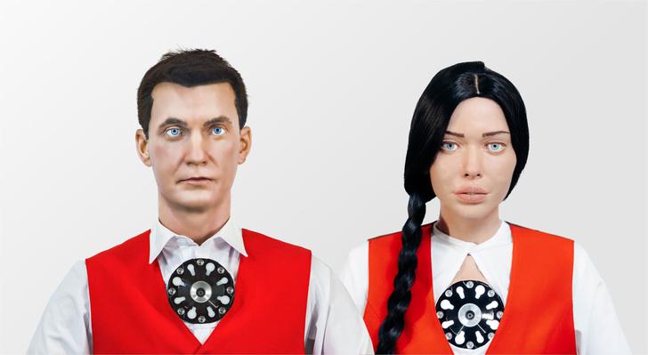 Фото №1 - В московском МФЦ клиентов начали обслуживать роботы Алекс и Даша. И лица у них, как у многих из нас к концу года (видео)