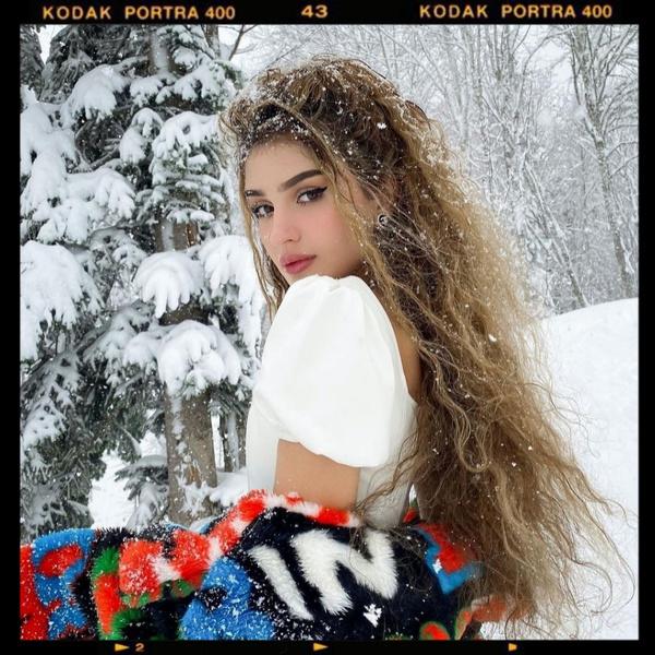 Фото №1 - Рапунцель: Дина Саева нарастила экстремально длинные волосы 👱♀️