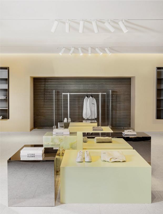 Фото №6 - Магазин мужской одежды по проекту Norm Architects