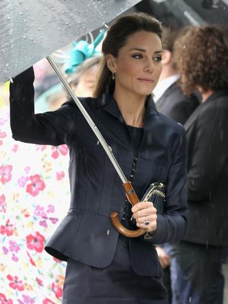 Фото №19 - До свадьбы и стилиста: какими были официальные выходы Кейт в статусе подруги принца