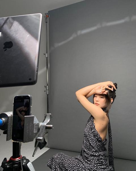 Фото №1 - Аутфит для жаркой погоды: сарафан с открытой спиной как у Дженни из BLACKPINK