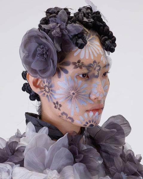 Фото №2 - Как расписать лицо цветами по трафарету: показывает визажист Исамая Френч на шоу Thom Browne SS/22