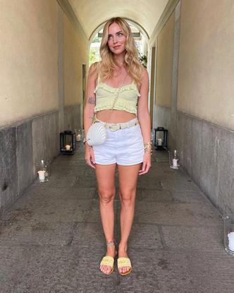 Фото №2 - Топ Sandro цвета лимонада, который нам всем нужен этим летом: показывает Кьяра Ферраньи