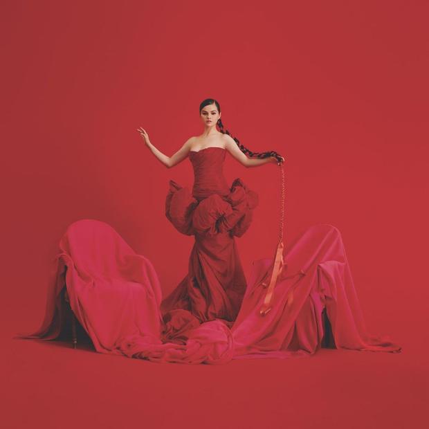 Красная королева: Селена Гомес в платье Giambattista Valli