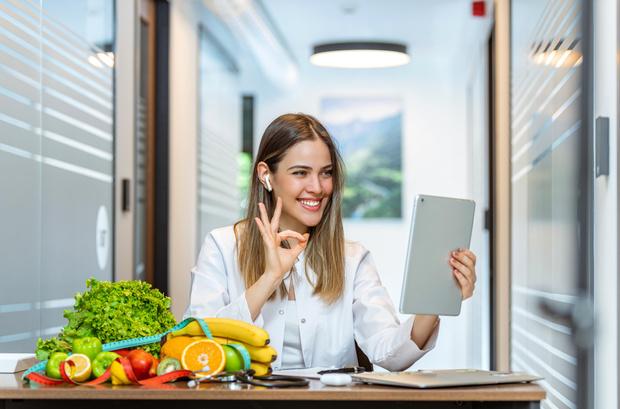Фото №1 - Голодать не придется: диетологи выделили 5 лучших диет для похудения в жаркую погоду