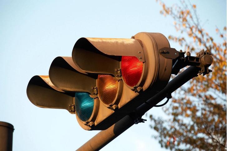 Фото №1 - Почему японцы ходят на синий сигнал светофора