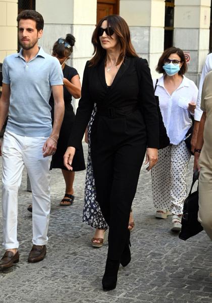 Фото №2 - Нашла круче Касселя: Моника Беллуччи гуляет по улицам с молодым красавчиком