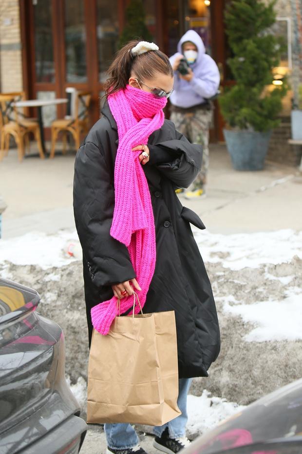 Фото №2 - Яркий шарф + самый модный пуховик-жакет: Белла Хадид показывает, как провести последние холодные дни стильно