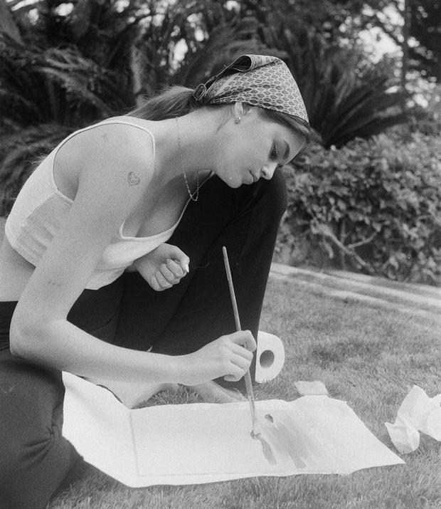 Фото №1 - Арт-терапия: Кайя Гербер медитирует с помощью рисования