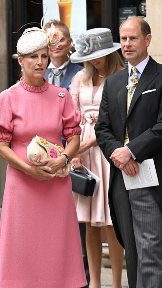 Фото №7 - Две королевские свадьбы сразу: крестница Чарльза и племянница Елизаветы вышли замуж в один день (и их платья точно войдут в историю)