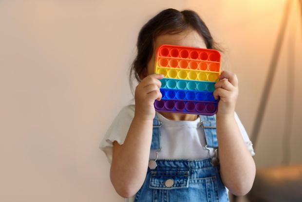 Фото №3 - Играть нельзя выбросить: психолог оценила реальную опасность поп-итов для детей