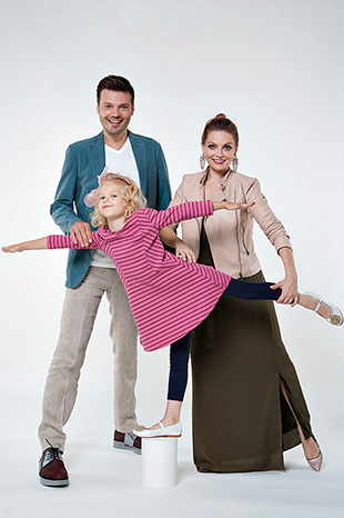 Фото №1 - Они поют, танцуют, воспитывают дочь и называют себя… бандой!