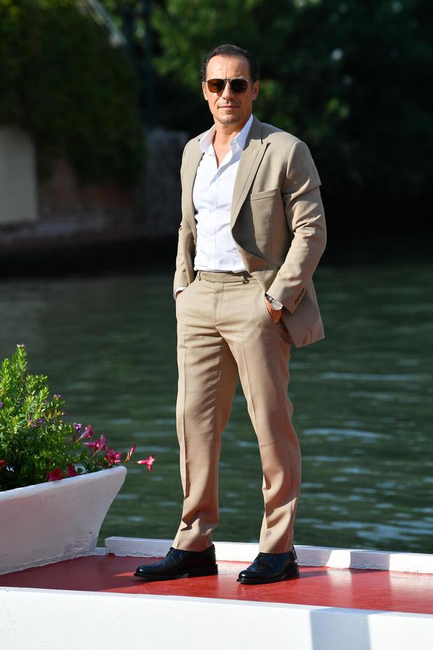 Фото №1 - Трое гостей Венецианского кинофестиваля развенчивают миф о том, что мужская мода— это скучно