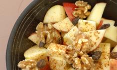 Десертный салат из яблок с изюмом и корицей