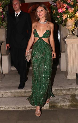 Фото №1 - Сногсшибательная Айрис Лоу в платье с Х-образными вырезами
